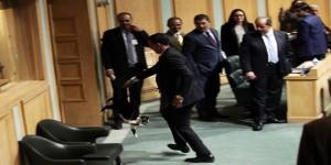 الموظف الذي أخرج القطة من البرلمان يخرج عن صمته...هذا ما حدث معي وما فعلته وبالصورة