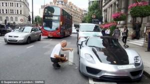 مليونير سعودي يعطّل المرور في لندن لتنظيف سيارته (البورش)