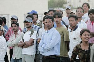 المطالبة بعدم التوقيف الإداري للعامل الوافد ومراجعة قانون منع الاتجار بالبشر