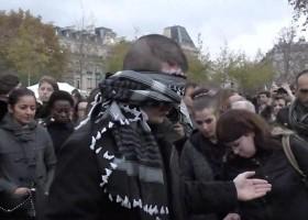 بالفيديو .. وسط بكاء الفرنسيين فيديو :شاب مسلم معصوب العينين يسأل في باريس:أتثقون بي؟