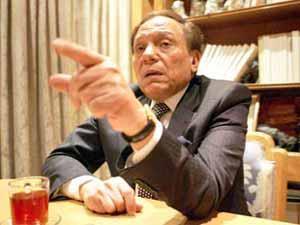 اتهام عادل إمام بأنه أصبح المتحدث باسم الحكومة المصرية