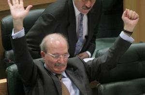 خطوط الدفاع النيابية عن الحكومة تنهار أمام التعديل