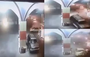 بالفيديو...لحظة اصطدام سيارة بمحطة وقود وهروب السائق وصديقه