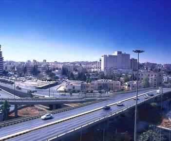 عمّان..المدينة الباحثة عن هويّة في الأرصفة والمقاعد