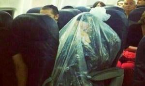 يهـودي يقوم بتغليف نفسه تماما بكيس بلاستيكي علي متن الطائرة .. والسبب مفأجاة !!