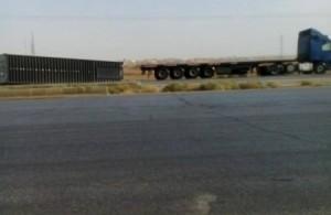 بالصور.. انزلاق 7 شاحنات على الطريق الصحراوي بسبب شدة الرياح