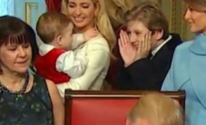 بالفيديو...هذا ما فعله ابن ترامب بينما يوقّع والده أول قراراته!!