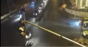 بالفيديو ...ماذا حدث بعد قطع احد المركبات الإشارة الضوئية
