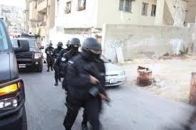 قوة امنية مشتركة تنفذ مداهمة لمطلوبين خطيرين جدا ومسلحين في محافظة العقبة