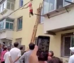 بالفيديو .. حاولت الهرب من زوجة عشيقها بالقفز من النافذة.. اليكم ما حصل