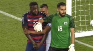 بالفيديو ..  العض  يعود مجددا إلى كرة القدم