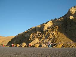 انهيارات طينية وصخرية تهدد بكارثة مرورية على الطريق الصحراوي