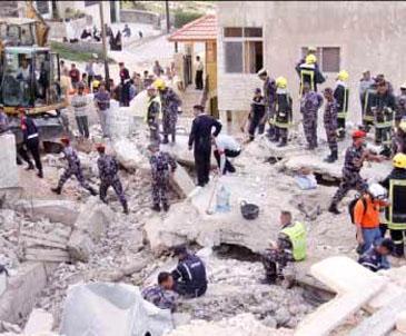 إخلاء 5 وفيات من تحت أنقاض البناية المنهارة
