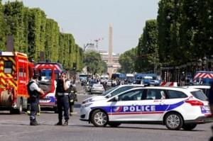 سيارة تصدم محطتي حافلات في فرنسا