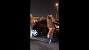 بالفيديو .. أمير قطر يوقف موكبه فجأة وينزل مسرعاً لهذا السبب !!