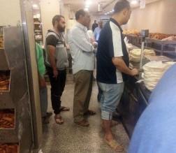 بالصورة .. مسؤول أردني يصطف في طابور لشراء الخبز بالعاصمة عمان !