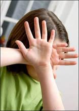 معلمة تمسك شعر طالبة وتسحبها وتضربها في مدرسة بمادبا