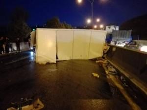 بالصور ... حادث سير يغلق طريق (اربد-عمان) ويتسبب بأزمة سير