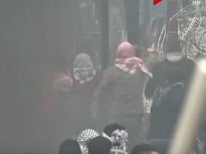 بالفيديو.. لحظة اقتحام المتظاهرين اللبنانيبن مبنى السفارة الأمريكية في بيروت
