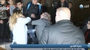 بالفيديو...فلسطينية تضرب مجندة إسرائيلية اعتدت على فتاة صغيرة بالقدس