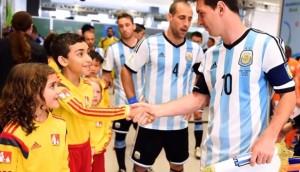 بالفيديو .. لماذا يدخل الأطفال الملعب بصحبة لاعبي كرة القدم ؟