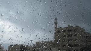 عمان .. مواطن تحت المطر ينفذ نذره وزوجته تدعو المارة لعدم العتب عليه