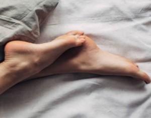 هل تشعرين بحكّة في رجليك في الليل؟ إليك السبب الطبي!