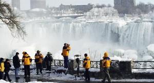 تجمد شلالات نياجرا في كندا بسبب الصقيع