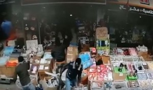 ملثمون يهاجمون محلاً تجارياً بوسط البلد بالسيوف والقبض على احدهم - فيديو