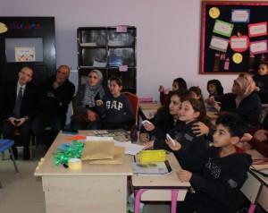 .. مدارس النظم ..أولياء الأمور يشاركون أبناءهم صفياً في تجربة نوعية في Smart Class room
