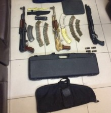 بالصورة .. امن وقائي العاصمه يضبط اسلحة نارية بمنزلين في عمان