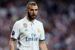 """كريم بنزيما """"الغاضب"""" يضع قدماً خارج ريال مدريد"""