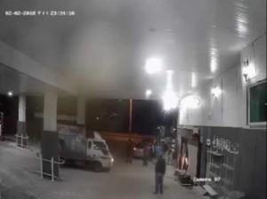 بالفيديو...سائق مخمور كاد يتسبب بكارثة داخل محطة محروقات في اربد