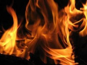 ثلاثيني يضرم النار بنفسه لإخراج شقيقه من السجن