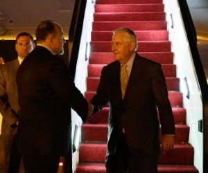 تيلرسون يصل عمان .. والسفارة الامريكية: ترقبوا اعلانا مهما