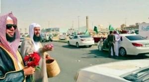 ما حقيقة توزيع هيئة الأمر بالمعروف بالسعودية أزهار الفالنتاين على المارة في الشوارع ؟