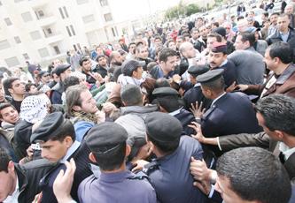 اعتصام قرب الكالوتي يطالب بطرد السفير الإسرائيلي