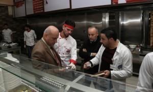 رئيس جامعة الزرقاء ونائب رئيس مجلس الإدارة يتفقدان مطعم الجامعة