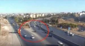 بالفيديو .. عدم الامتثال لقوانين السير يتسبب بحادث تصادم في عمان