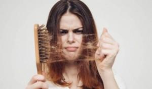 تساقط الشعر ينذر بمشاكل صحية خطيرة .. لا تهملوا نفسكم!