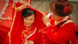 بالفيديو .. أسوأ مقلب في العالم تعرض له هذا العريس لكنه ظل يضحك!!