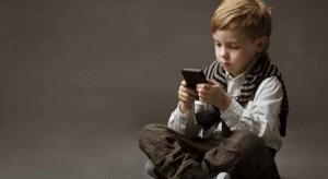 بالفيديو...الجرائم الإلكترونية تحذر من مخاطر الهواتف الذكية على الأطفال