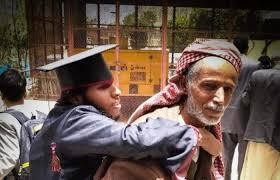 صورة مؤثرة لاحتفال أب يمني بتخرج ابنه من ذوي الاحتياجات الخاصة..