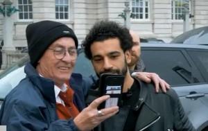 شاهد: كيف يتعامل محمد صلاح مع من يريد التقاط صورة معه؟