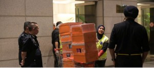 وكأن كنوز ماليزيا خزنها رئيس الوزراء السابق في حقائب!