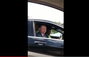 بالفيديو...كيف رد الفايز على سيدة سألته في الشارع العام عن رأيه في الاضراب!