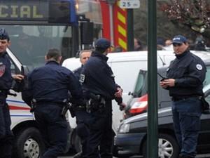 احتجاز رهائن من مقبل مسلح في أحد أحياء باريس