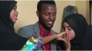 بالفيديو ... عربي يتزوج من امرأتين في زفاف واحد!