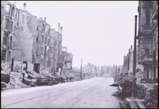 بالصور...لأول مرة...صور نادرة لمكتب هتلر المدمر بالقنابل!