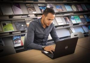 طالب في عمان العربية يعدّ نظاماً آلياً للرد على الاستفسارات